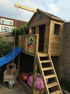 houten speelhuisje met glijbaan