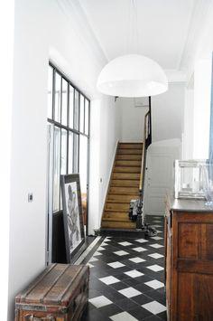 Hal in industriele stijl met brocante meubels. Lekker licht door glazen wand. #entry