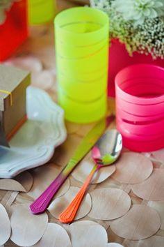Inspiración en neón - cubiertos y vasos