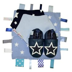 This gift set features our most popular navy and white star shoe, matched with our blue star tag blanket as well aspale blue and navy bandana bibs. All of theseitems come together in a Dotty Fish gift box. The soft leather shoes are great for little ones starting to walk due to the non-slip suede …