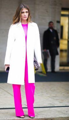 Гламурный лук: белое пальто и костюм цвета фуксии