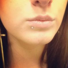 The medusa piercing also known as philtrum piercing. It is a beautiful piece of piercing set in the slope above your lip and directly under the septum of Middle Lip Piercing, Lip Piercing Labret, Vertical Labret Piercing, Piercing Girl, Piercing Tattoo, Septum, Body Piercing, Guys With Lip Piercings, Spiderbite Piercings