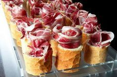 Tapas with Spanish Ham! Aperitivos Finger Food, Good Food, Yummy Food, Fingers Food, Snacks, Appetisers, Food Presentation, Appetizer Recipes, Greek Appetizers