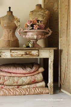 .Tinc la taula, el maniquí i una sopera antiga. M'agrada el corsè que porta el maniquí, m'agraden les sabatilles de ballet.