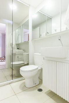 Banheiro social, box espelhado e clean | Projeto by Dani Momoi Arquiteta