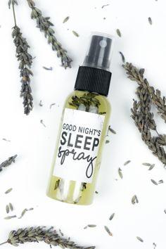 DIY Good Night's Sleep Spray: Lavendelspray selber machen, als DIY Geschenk für Weihnachten. Rezept / Tutorial auf dem Blog (inkl. Video)