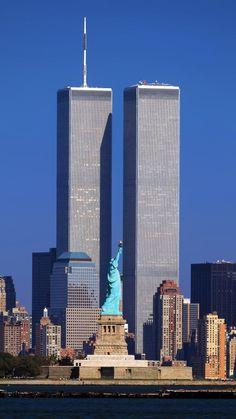 World Trade Center / The Twin Towers - Freiheitsstatue / Statue of Liberty / Lady Liberty / Liberty Island - Manhattan, New York / Vereinigte Staaten von Amerika / United States of America / USA Photographie New York, 11 September 2001, New York City, Ville New York, Foto Poster, Trade Centre, World Trade Center Nyc, I Love Ny, City That Never Sleeps