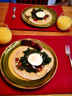 Healthy Breakfast: Egg, Kale, and Tomato Breakfast wraps with Hummus. sub spinach or collard greens for kale Clean Eating Diet, Healthy Eating Recipes, Healthy Foods To Eat, Vegetarian Recipes, Healthy Breakfast Wraps, Tomato Breakfast, Brunch Recipes, Breakfast Recipes, Cooking