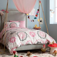 So in love with the design of this girl's room - it's like a whimsical fairyland!