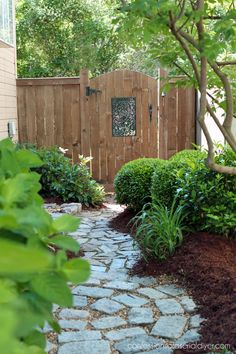 Do You Want Stunning Fence Design Ideas In Your Front Yard? If you need inspiration for the stunning front yard fence design ideas. Kew Gardens, Outdoor Gardens, Front Yard Gardens, Large Backyard Landscaping, Landscaping Ideas, Walkway Ideas, Backyard Ideas, Landscaping Software, Backyard Walkway