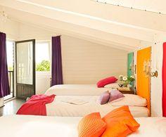Спальня со спинками в ярких цветах. Спальня белый с тремя кроватями со спинками разного цвета