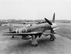 Tempest Mark V, EJ705 W2-X du n ° 80 Squadron, sur une dispersion sur un aérodrome en Hollande, fin 1944 Royal Air Force photographe officiel © Photo IWM (MH 6860)