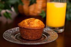 I Muffins all'arancia si preparano facendo la fontana con la farina, zucchero, lievito e sale, versandovi il latte, l'uovo sbattuto, il succo e la sc...