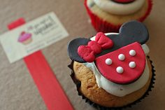 Image about food in cupcakes by Karen Domínguez Disney Desserts, Disney Food, Fun Desserts, Disney Stuff, Dessert Ideas, Delicious Desserts, Minnie Cupcakes, Minnie Mouse Cookies, Love Cupcakes