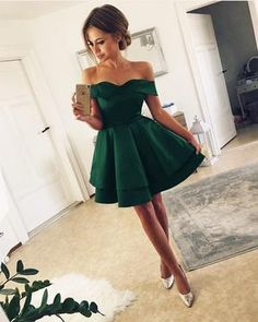 Short Satin V Neck Off-The-Shoulder Homecoming Dresses Emerald-Green-Homecoming-Kleider Green Homecoming Dresses, Grad Dresses Short, Hoco Dresses, Quinceanera Dresses, Dresses For Teens, Ball Dresses, Cute Dresses, Ball Gowns, Bridesmaid Dresses