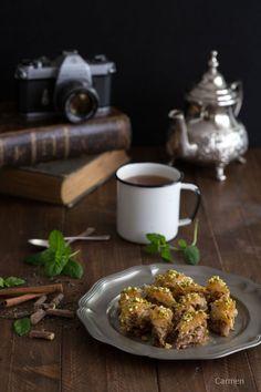 El baklava es un pastel a capas de Oriente Medio, con nueces trituradas, y otros frutos secos, sobre hojas de pasta filo y bañado en almíbar.