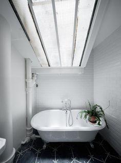 L'atmosfera retrò del bagno, completata dalla vasca con i piedini, è amplificata dalla finestra sul tetto spiovente che inonda l'ambiente di...