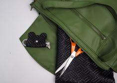 DIY : recycler ses chutes avec un tuto facile, sans machine à coudre. Patron + pas à pas gratuit Sling Backpack, Fashion, Sewing, Bag, Accessories, Moda, Fashion Styles, Fashion Illustrations
