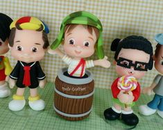 topo-de-bolo-turma-do-chaves-kit-9-bonecos-kiko Polymer Clay Figures, Fondant Figures, Polymer Clay Creations, Pasta Flexible, Mom Birthday, Cold Porcelain, Clay Crafts, Cake Toppers, Biscuits
