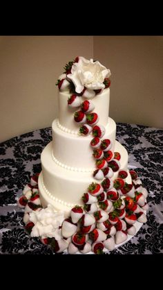 Wedding Cupcakes Red White Chocolate wedding cake with white chocolate dipped strawberries foo Strawberry Wedding Cakes, Wedding Strawberries, White Chocolate Strawberries, Wedding Cake Red, Strawberry Dip, Unique Wedding Cakes, Strawberry Cakes, Beautiful Wedding Cakes, Wedding Cake Designs