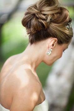Un recogido medio alto es perfecto para un vestido strapless