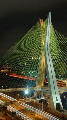Octavio Frias de Oliveira Bridge                                        Le tablier du pont est inhabituel en raison de sa forme, qui est similaire à un «X», en traversant à la tour et il est le seul pont dans le monde qui dispose de deux pistes courbes soutenues par un seul béton mast.The pont est également allumé lors d' occasions spéciales au cours de l'année et est souvent utilisé pour les publicités d'automobiles à la télévision.