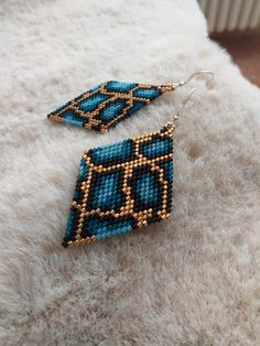 Orecchini perline di vetro Delica Miyuki con monachella in argento 925. realizzati interamente a mano colori: oro, nero e azzuro/ blu  Beaded Earrings Native, Beaded Earrings Patterns, Beaded Jewelry Designs, Seed Bead Patterns, Seed Bead Jewelry, Bead Jewellery, Seed Bead Earrings, Diy Earrings, Brick Stitch Earrings