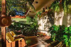 CASA COR Goiás I Jardim DO BRASIL - João Paulo Florentino. O projeto converte os 63m² em um ambiente rico em formas, texturas e cores da flora nacional. A vegetação combina plantas de clima tropical, com diferentes tipos de folhagem e colorações vibrantes. O clima rústico é reforçado no piso em castelatto e nas poltronas de balanço Astúria, com assinatura de Carlos Motta. Uma cascata foi criada a partir de chapas de carbono oxidadas, unidas com solda, que conduzem a água ao tanque.