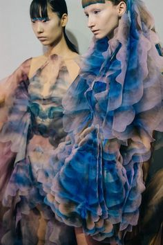 Backstage at Iris van Herpen, Spring/Summer 2019 - Adam Katz Sinding Space Fashion, Fashion Show, Fashion Design, Couture Fashion, Fashion Colours, Colorful Fashion, Iris Van Herpen, Gala Dresses, Weird Fashion