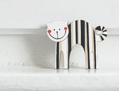 hand painted magnet - wooden cat, magnet, hand painted magnet, fridge magnet, wood, stripes sur Etsy