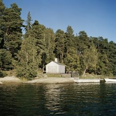 situated in the archipelago of stockholm in sweden is a small sauna designed by local firm general architecture and is uniformly clad in larch wood panels. Scandinavian Saunas, Swedish Sauna, Nature Architecture, Larch Cladding, Stockholm Archipelago, Sauna Design, Lakeside Cabin, Little Cabin, Small Buildings