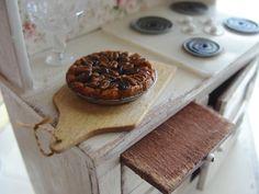 Miniature pecan pie by Kim Saulter 1:12 scale <3