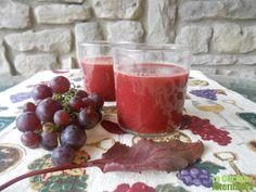 zumo de uva y hoja de remolacha. Ingredientes  5 zanahorias 3 racimos de uva negra grandes hojas de 3 remolachas crudas. 1. Quitamos las remolachas y las reservamos para cocerlas y usarlas en otras recetas. También se pueden licuar. Limpiamos las hojas  2. Limpiamos las zanahorias y quitamos los extremos. Lavamos la uva negra y desgranamos pero no quitamos las semillas.  3. Licuamos todo en una licuadora o en un extractor de zumos tipo Versapers -no tiene cuchilla sino una prensa-.  4…