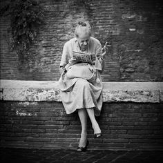 massimo raldeni is using the world's most passionate photo sharing community. People Reading, Woman Reading, Book Photography, Vintage Photography, Book Art, Reading Library, Library Girl, How To Read People, Art Corner
