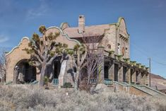 What you need to know about visiting Rhyolite ghost town on the California/Nevada border - and why you want to see it. Abandoned Churches, Abandoned Cities, Abandoned Amusement Parks, Abandoned Mansions, Abandoned Hospital, Abandoned Cars, Ghost Towns In Nevada, Old West Photos, Ghost And Ghouls