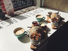 So erlebst du Lissabon wie ein echter Local #refinery29 http://www.refinery29.de/lissabon-reise-tipps-food-bars#slide-9 Copenhagen Coffee Lab, Príncipe RealWer sich im Tease nur eine Kleinigkeit zu essen holen möchte, dem sei ein Kaffee gegenüber für das stadtbeste Heißgetränk empfohlen. Außerdem gut zum Frühstück: die hauseigenen Zimtschnecken des CCL. Unbedingt probieren!...