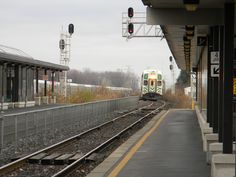 https://upload.wikimedia.org/wikipedia/commons/9/9a/Aldershot_GO_Station_Burlington_Laslovarga04.JPG