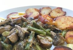 Tejfölös gomba és spárga sült krumplival Wok, Sprouts, Potato Salad, Potatoes, Tasty, Chicken, Meat, Vegetables, Ethnic Recipes
