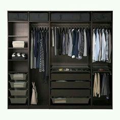 Kleiderschrank spiegel modern  Ein modernes Schlafzimmer mit einem offenen PAX Kleiderschrank in ...