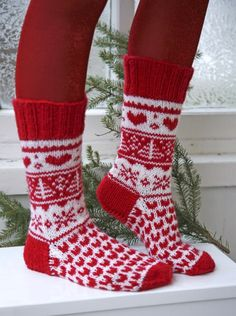 """Hearts afire / DROPS Extra - free knitting patterns by DROPS design, Knitted DROPS Christmas socks in """"Karisma"""". Sizes ~ DROPS Design free pattern for knitted socks. Knitting Designs, Knitting Patterns Free, Free Knitting, Knitting Projects, Crochet Patterns, Drops Design, Crochet Slippers, Knit Crochet, Christmas Knitting"""