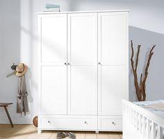 449,00 € Jedes Schlafzimmer freut sich über diesen mit drei Rahmentüren ausgestatteten Kleiderschrank. Dank großer Schubladenfront, verstellbaren Einlegeböden und Kleiderstange bietet er reichlich Stauraum. Die Schubladen bewegen sich auf Metallauszügen. Interior Inspiration, Armoire, Tall Cabinet Storage, Kids Room, Divider, Bedroom, Furniture, Home Decor, Rooms