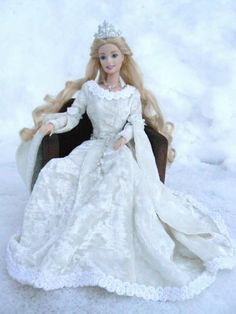 barbie - free pattern - web page is not in English but if you have any sewing experience you should be able to make this.