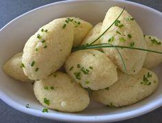 Für die Grießnockerl Butter schaumig rühren, ganze Eier und den Grieß nach und nach einrühren, würzen, eine Stunde rasten und anziehen lassen. Mit