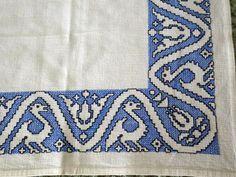 Bordado en punto de cruz de Asís en color azul www.bordadosganchilloypunto.blogspot.com.es