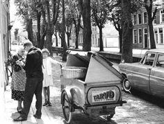 Een bakker bezorgt brood aan de deur. Vaak werden de inkopen in een boekje opgeschreven en bijvoorbeeld eenmaal per week afgerekend. De bakker op de foto bezorgt fabrieksbrood van tarvo. Merkbrood was nieuw in die tijd.