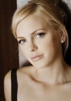 Anna Faris - liked her more with black hair though. Chris Pratt Anna Faris, Actrices Sexy, Pictures Of Anna, Stunning Women, Famous Faces, American Actress, Beautiful People, Beautiful Ladies, Wonder Woman