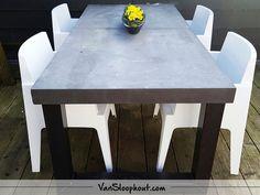 Betonnen tuintafel in de kleur Nero. #beton #staal #frame #interieur #exterieur #tuintafel #terras #buitentafel #wooninspiratie #wonen