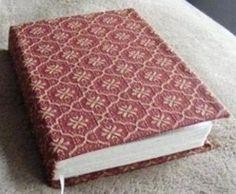 Comment fabriquer soi-même son propre livre, son journal intime, son carnet de bord, son livre secret ! Découvrez le tutoriel fabrication.. Si d'aventure, vous aviez un stock important de ramettes de papier et que vous ne sachiez pas quoi en faire, voilà une idée pour utiliser vos feuilles... Fabric Book Covers, Book Reader, Book Binding, Book Making, Mini Albums, Diy And Crafts, Deco, Projects To Try, Images