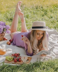Picnic Photography, Fashion Photography Poses, Portrait Photography, Picnic Photo Shoot, Picnic Pictures, Creative Self Portraits, Bali Girls, Mother Daughter Photography, Photoshoot Concept