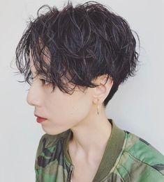 黒髪✕パーマでメンズっぽいかっこよさを 馬橋達佳 Very Short Hair, Short Curly Hair, Curly Hair Styles, Short Hairstyles For Women, Girl Hairstyles, Wavy Pixie, Cabello Hair, Shot Hair Styles, Short Cuts